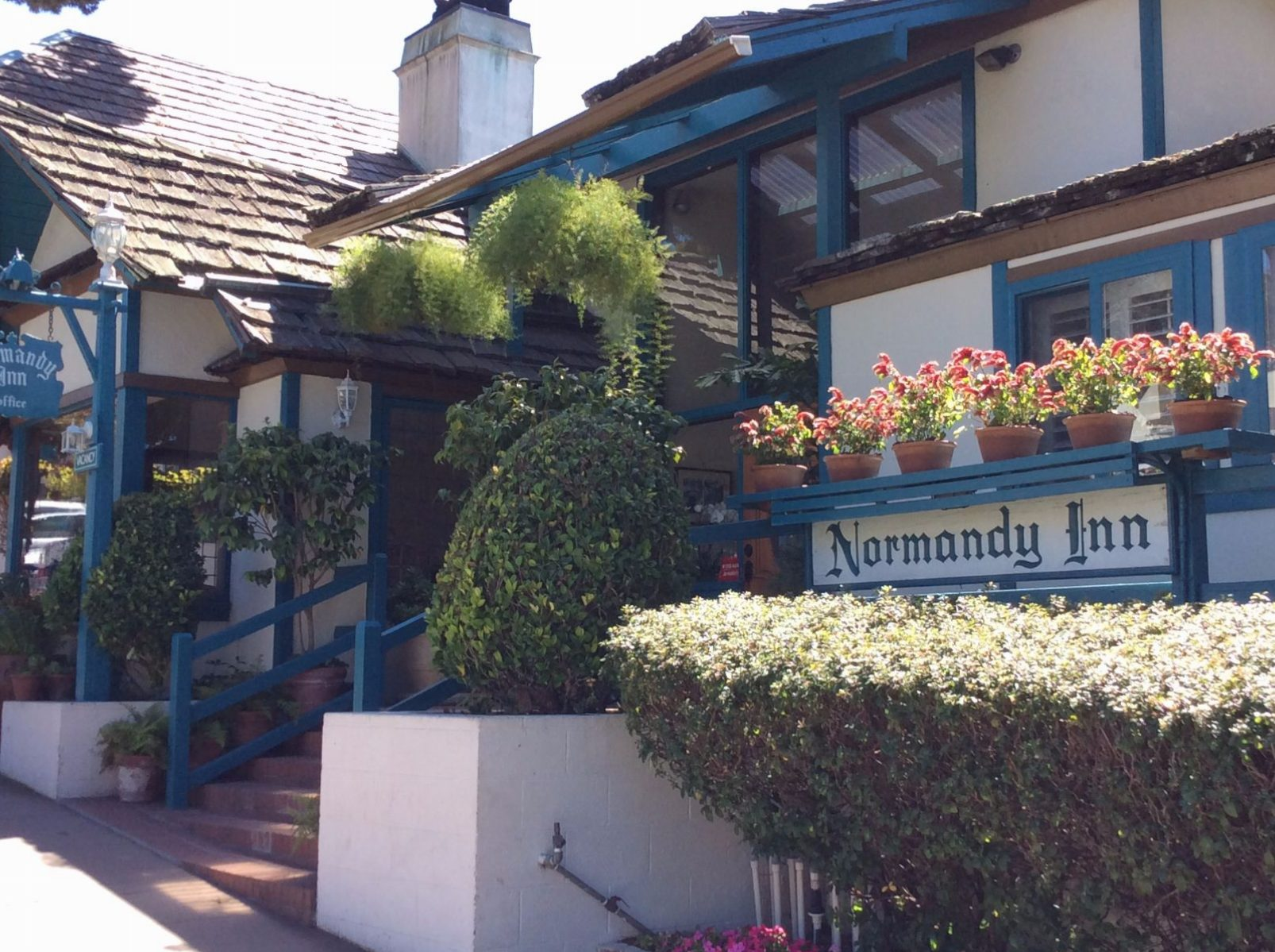 Normandy Inn and Cottages with pool on Ocean Ave by Carmel Beach, Ca