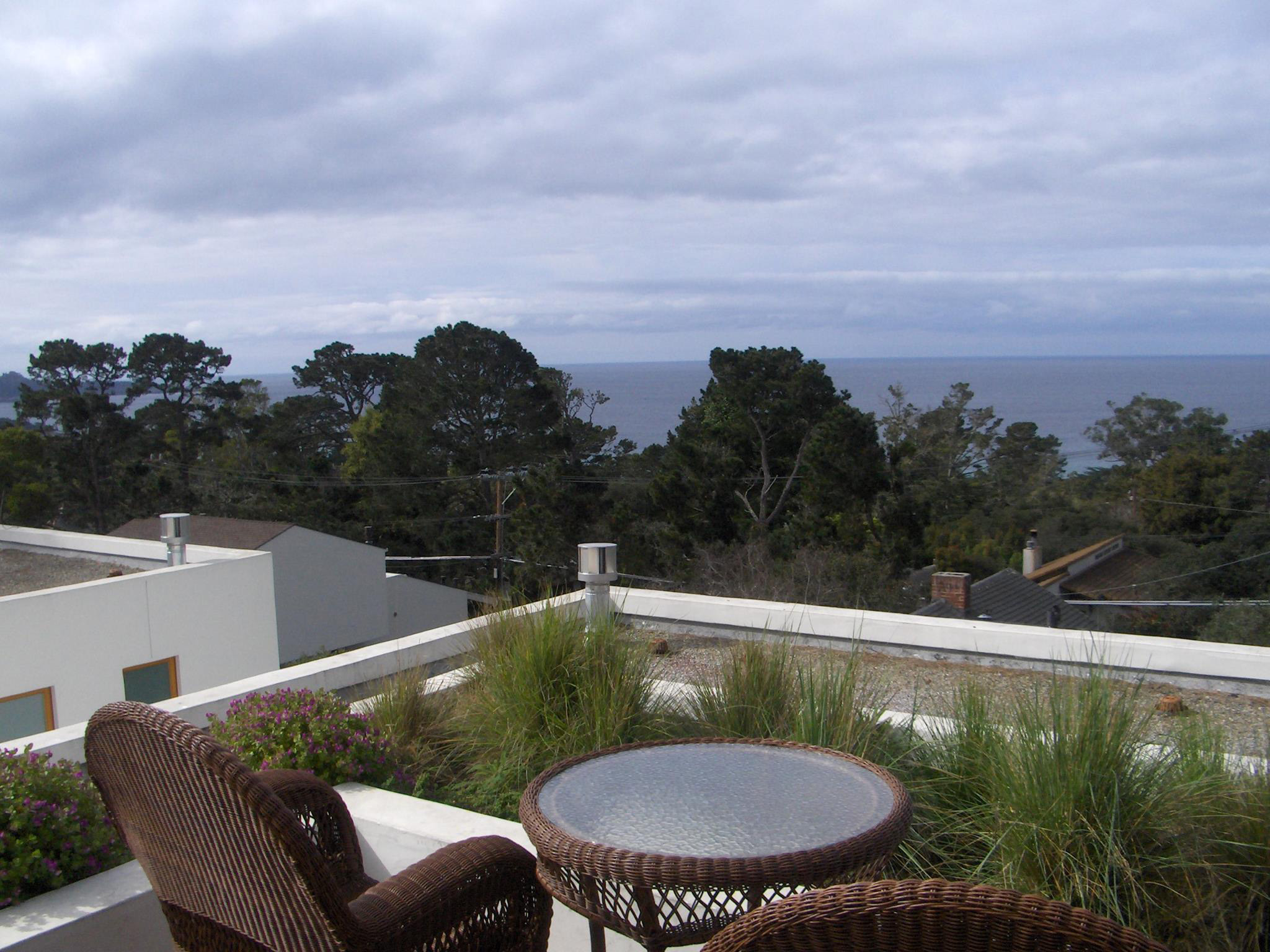 Tally Ho Inn Ocean View Decks, fireplaces, suites, jacuzzis with room service and electric car charging Carmel, Ca 93921